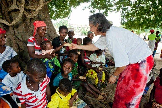 Sr. Leila bei der Essensausgabe in Mosambik