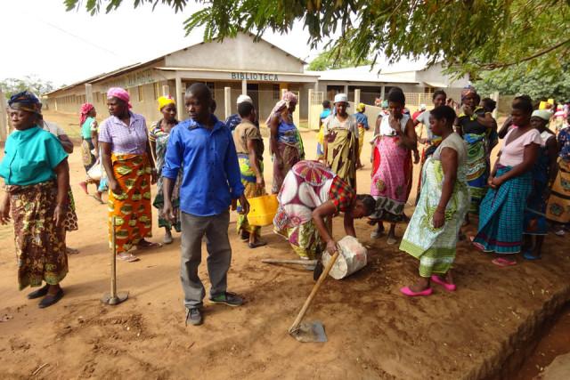 Arbeiten am Bewässerungsgraben