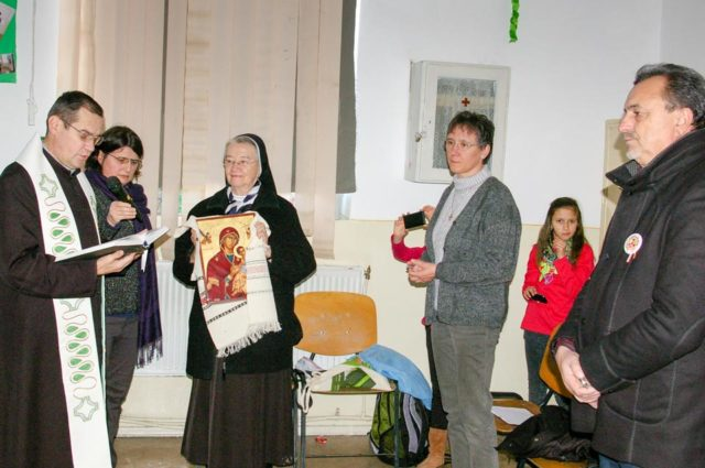 Pfarrer Valentin Bulai segnet die Ikone. Daneben v.l. Schwester Benedikta, Juliana Ciceu, Sr. Dorothea und Bürgermeister Manea.