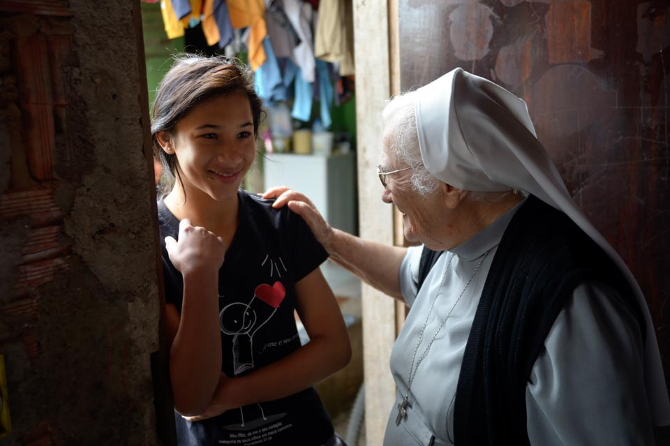 Gabriela (15) lebt mit ihrer alleinerziehenden Mutter Viviane (31 Jahre) und ihrer Familie in prekären Verhältnissen und auf engstem Raum , Niederlassung der Schwestern der heiligen Maria Magdalena Postel (SMMP) in Leme, Sao Paulo, Brasilien: Foto: Florian Kopp / SMMP
