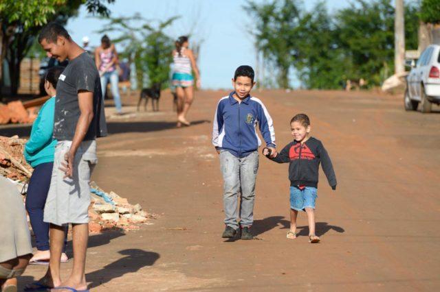 Kinder halten sich in ihrer Freizeit auf der Straße auf, Armenviertel Imperial, Leme, Sao Paulo,