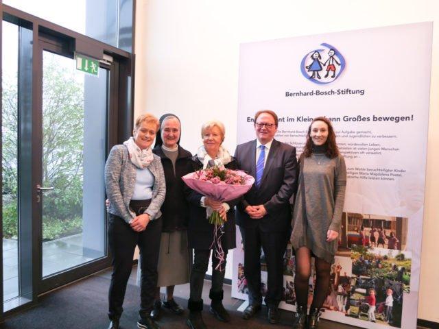 Blumengruß für 1 Mio Euro Heike Schmidt-Teige, Sr. Adlgundis, Renate Bosch, Christian Uhl, Alexandra Bosch