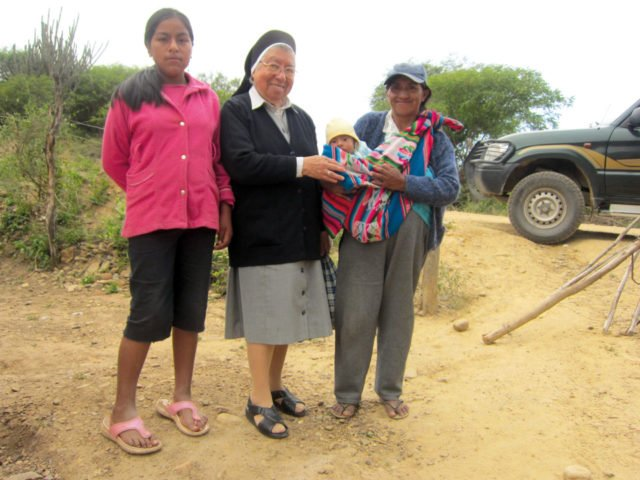 Schwester Maria del Rosario Ostermann mit bolivianischer Familie
