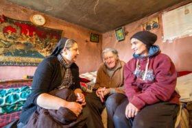 Schwester Carmen Tereza Rusu besucht den 77-jährigen Lucaci und seine Tochter Cristina. Cristina ist nicht erwerbsfähig und muss von der bescheidenen Rente ihres Vaters mitleben. Sie weiß nicht, was einmal sein wird, wenn er stirbt. Foto: SMMP/Ulrich Bock
