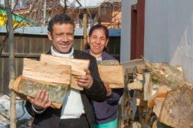 Brennholz ist in den harten rumänischen Wintern teuer. Viorika (44) und Cristian (41) sind froh, dass sie für sich und die vier Kinder in Siretu/Rumänien noch etwas haben. Foto: SMMP/Ulrich Bock