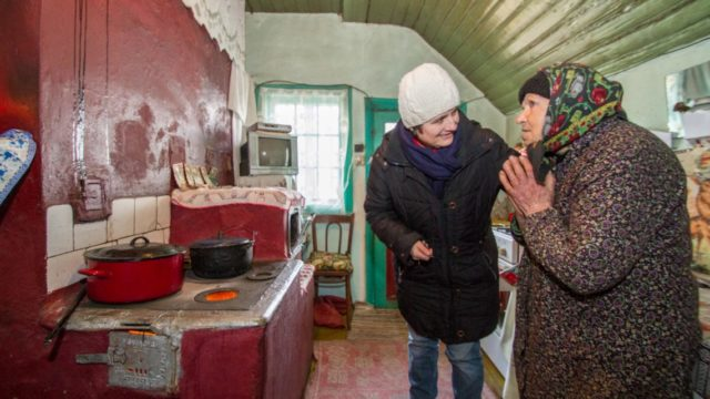 Die 89-jährige Maria kocht sich ein Süppchen. Ihr Sohn lebt in Italien, ihr Mann ist schon lange tot. Auch in diesem Winter wird das Brennholz knapp. Juliana Ciceu bringt ihr ab und zu einen neuen Beutel vorbei. Foto: SMMP/Ulrich Bock