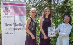 Schulleiterin Schwester Maria Manuela Gockel gratuliert Louisa Hörmann und Theresa Oing (v.r.) zum dritten Platz beim erstmals ausgeschriebenen SMMP Schulpreis für Engagement. Foto: Mathias Krüskemper/SMMP