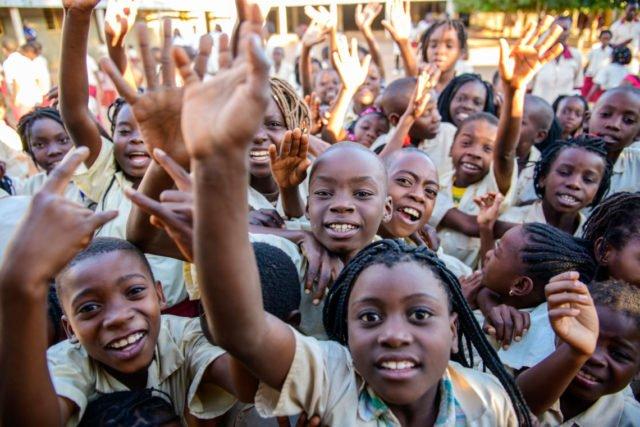 Fröhliche Kinder aus dem pädagogischen Zentrum der Ordensschwestern in Metarica in der Provinz Niassa in Mosambik. Hierw ar Robert Renner im Einsatz. Foto: Florian Kopp