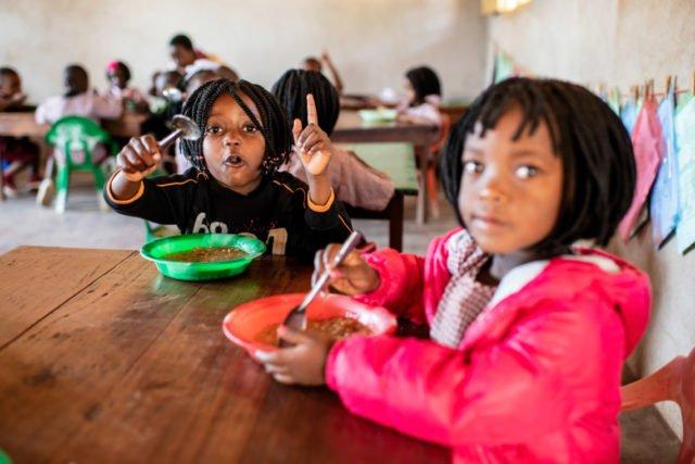 Mittagessen für die Kinder in der Schule Julie Postel in Metarica/Mosambik. Für viele Jungen und Mädchen ist dies die einzige Mahlzeit am Tag. Dieses Angebot gehört zu den vielen Aufgaben, die die Bergkloster Stiftung SMMP unterstützt. Foto: Florian Kopp