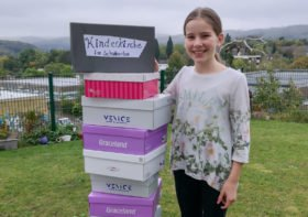 Elena Zoi Giannaki vor einem Stapel gepackter Schuhkartons für die Kinderkirche in Hemer. Foto: privat