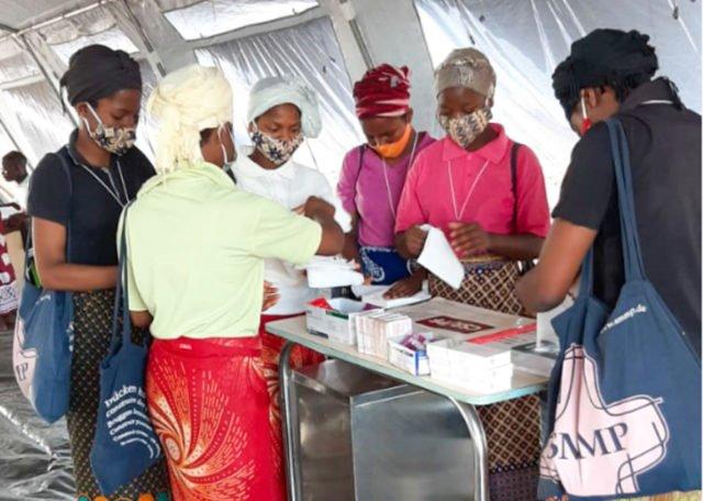 Helferinnen bereiten sich im Zeltkrankenhaus des Flüchtlingslagers auf ihren Einsatz vor. Darunter auch einige Schwestern der heiligen Maria Magdalena Postel. Foto: Sr. Leila de Soua e Silva/SMMP