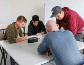 Lucas Schmidt und Toni Fiedler wollen das Selbstlernzentrum an der berufsbildenden Bergschule in Heiligenstadt gemütlicher machen. Es wird bereits rege von den Schülerinnen und Schülern genutzt. Foto: KBBS/SMMP