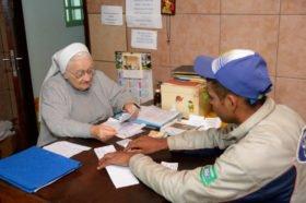 Schwester Maria Ludwigis Bilo empfängt mehrmals wöchentlich in ihrem Büro Bedürftige oder Menschen in Notlagen, denen sie zu helfen versucht. Foto: Florian Kopp/SMMP