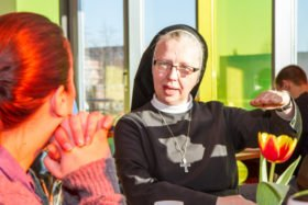 Schwester Margareta redet in der Manege schon beim Frühstück mit den Jugendlichen und erfährt, was sie beschäftigt. Foto: SMMP/Bock