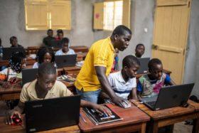 Notebooks gibt es mittlerweile auch in der Schule in Mosambik. Während der Corona-Zeit waren die besonders wichtig. Foto: Florian Kopp/SMMP